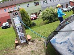 V Černovicích za tamním městským úřadem je od soboty k dispozici dobíjecí stojan.