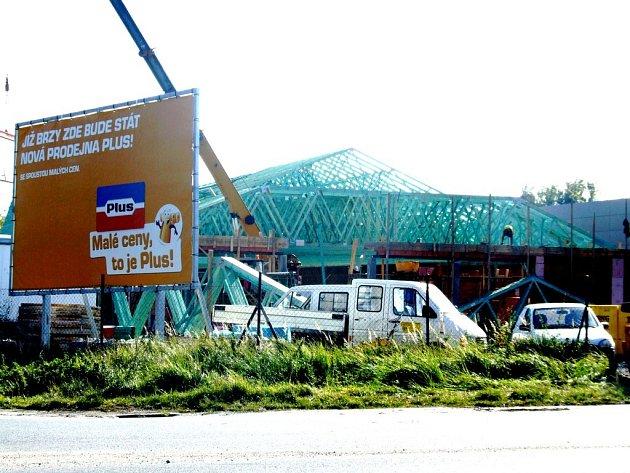Nový supermarket na okraji Humpolce roste k radosti nakupujících jako z vody. Tím se ale umocňují obavy drobných živnostníků o budoucnost jejich krámku.