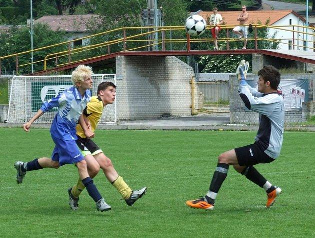 V duelu mladších dorostenců mezi Pelhřimovem a Prostějovem to v první půli vypadalo na pořádné drama. To se ale nekonalo, domácí po přestávce přidali a soupeři nakonec nadělili pět gólů. Hattrickem se blýskl Marek Sadský (vlevo).