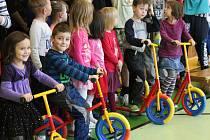 Přítomné děti si mohly dárky od Nadačního fondu Julinka hned vyzkoušet.