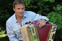 Po dědečkovi i otci se Jaroslav Kobližek mladší vydal na dráhu výrobce a opraváře harmonik. A jak se zdá, i jeho děti mají k rodinné tradici blízko. Dcery Klára a Anna Marie na harmoniku hrají a syn Martin se otcovu řemeslu učí v dílně.