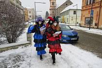 Humpolecký masopust 2021: Masky v rouškách na masopustní úterý dopoledne roznášely masopustní noviny. Foto: Miroslav Galko