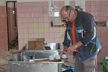 Plné ruce práce mají v těchto dnech řemeslníci v Mateřské škole Jatecká v Pacově.