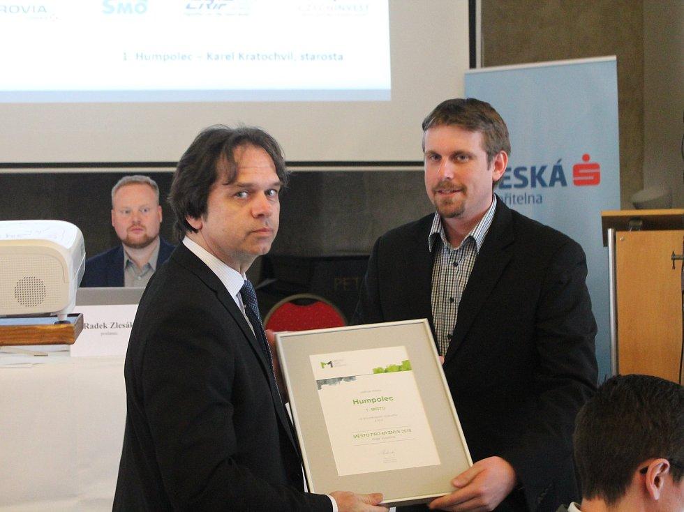 Ocenění za vítězství ve výzkumu převzal starosta Humpolce Karel Kratochvíl (vlevo).