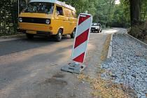 Komunikace z města na pláž, kde je v sezoně zvýšený pohyb aut i chodců, chodník právě pro pěší vyžadovala už dávno. Teď už je výsledek na dohled.