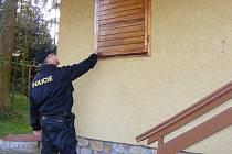 Při kontrolách policisté zjišťují, zda jsou chaty chráněny před zloději.