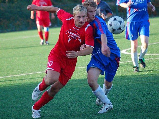 Stále bez bodu jsou fotbalisté pelhřimovského AFK. Prohráli i s Novou Cerekví, dva góly jim vstřelil Tomáš Hadrava (vlevo).