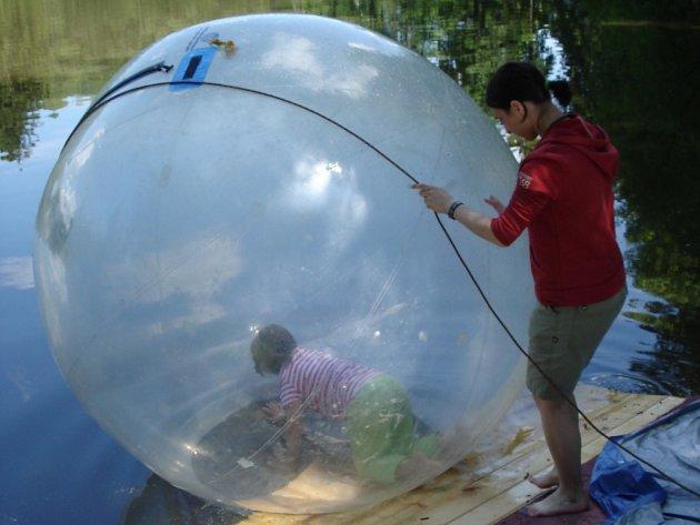 Na Dnu přírody v Počátkách si můžete vyzkoušet i aquazorbing,