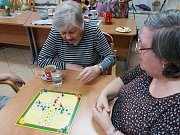 V humpoleckém denním centru Astra se senioři zabaví třeba při stolních hrách.