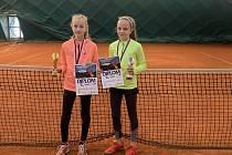 Sára Vokřínková (vpravo) vyhrála turnaj oblastního přeboru mladších žákyň v Písku a získala nominaci na mistrovství republiky.