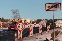 Nad Ondřejovem se už několik týdnů jezdí po novém úseku silnice, který je součástí budoucího obchvatu. Jinak ještě musí řidiči jezdit po původní komunikaci, na níž je komplikovanější zimní údržba.