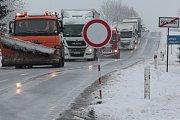 Silnici z Jihlavy do Pelhřimova se po středeční ranní nehodě u Olešné, která musela být už od Pelhřimova v celém úseku uzavřena, podařilo zprůjezdnit před desátou hodinou dopolední. Desítky kamionů vypovídaly o délce kolony, která se za místem dopravní ne