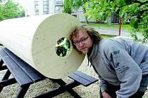 Autorem největšího krasohledu v Česku je Martin Titz z Havlíčkova Brodu. Jeho výrobek váží přes osmdesát kilogramů a uvnitř je kromě barevných střepů také sláma.