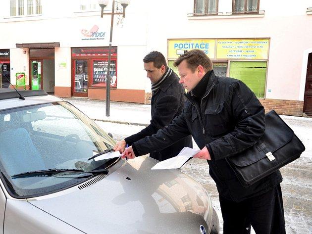 Na obhlídku nového placeného rajonu vyrazili ve středu v dopoledních hodinách pracovníci pelhřimovského úřadu Martin Šimsa (na snímku vpravo) a Miroslav Kubánek.