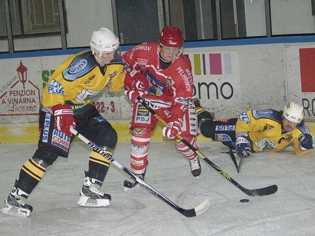 Nejen na brankáři Pavlu Maláčovi stojí hra momentálně tolik úspěšného týmu Spartaku. Jiří Kubát (uprostřed) v letošní sezoně zaznamenal už patnáct kanadských bodů.