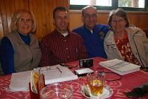 Čtyři Američané s českými příjmeními Polashek a Martinek se vydali pátrat po svých českých předcích a zastavili se také ve Veselé (na snímku po obědě v místním hostinci U Kolářů).