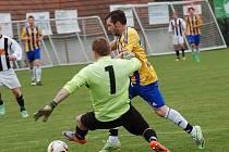 Derby Pelhřimovska překvapení nepřineslo, z výhry se radoval Pacov. Všechny góly v herně jen průměrném zápase diváci viděli už v prvním poločase.