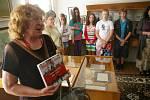 Žáci 6. A ZŠ Otokara Březiny si prohlédli exponáty v opraveném domě Otokara Březiny v Počátkách.