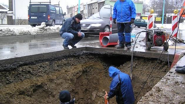 Prasklé potrubí v Pelhřimově