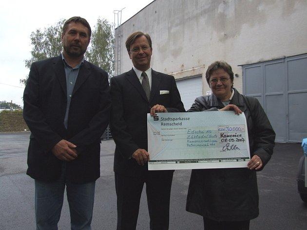 Zástupci firmy Edscha Bohemia předali na dni otevřených dveří ředitelce základní školy se speciálními vzdělávacími potřebami šek na třicet tisíc korun.