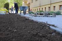 """Minulé pondělí začali dělníci v Sadové ulici v Pelhřimově opravovat chodníky před panelovými domy. """"Stav těchto chodníků už byl hrozný."""