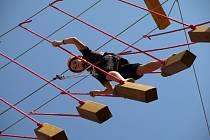 Lezení vyžaduje fyzickou i psychickou zdatnost. Foto je z loňského otevření humpoleckého Pavouku.