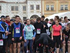 Kromě běžeckých závodů  bude pro přítomné připraven doprovodný program. Na děti bude čekat skákací hrad,  malování na obličej nebo velký plyšový pes.