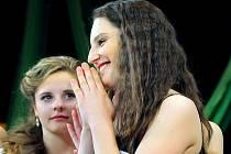 Tereza Kubartová z Obrataně (vpravo), která navštěvuje základní školu v nedalekém Pacově, se právě dozvěděla, že se stala vítězkou letošní pelhřimovské přehlídky Dívka roku 2016.