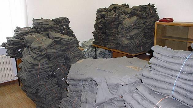 Takto to vypadalo ve skladu, když byly zabaveny údajně padělané lesnické uniformy.