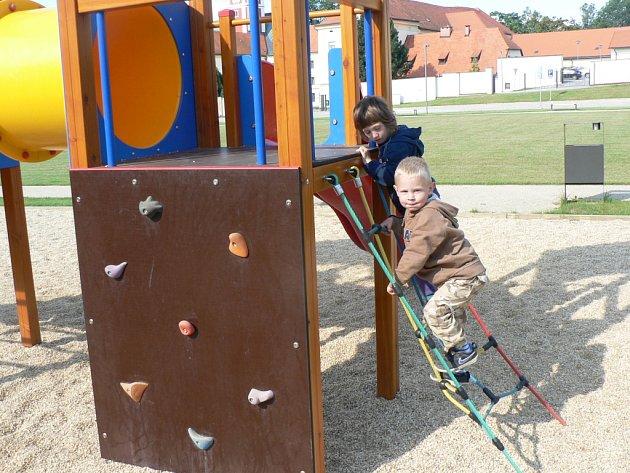 Bývalý vojenský autopark v Pacově našel po letech smysluplné využití. Klidovou zónu totiž navštěvují starší k odpočinku, mladší ke hraní.