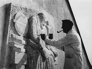 Sochař Karel Gabriel z Chýnova tesající reliéf jednoho z největších českých myslitelů Jana Amose Komenského, který vzniká v průčelí školy. Plastika sedícího Učitele národa tady na žáky dohlíží dodnes.