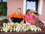 Úlovek nasbíraný v lesích u Chválkova na Pelhřimovsku. Na fotografii jsou houbaři z Bohdalína.
