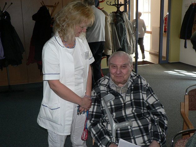 Studentem Univerzity třetího věku je i Vladimír Drbal. Ten je na snímku s vedoucí zdravotního úseku pelhřimovského domova seniorů Lenkou Kuchařovou.