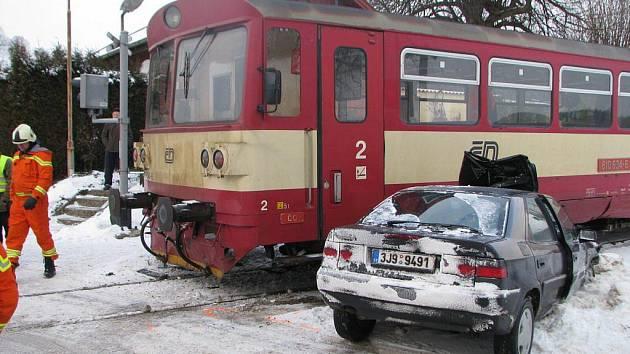 Vůbec první letošní nehoda na českých přejezdech se stala včera před půl osmou ráno v Hříběcí na Pelhřimovsku. Ze střetu sosobním vlakem vyvázla posádka citroënu takřka zázračně téměř bez šrámů.