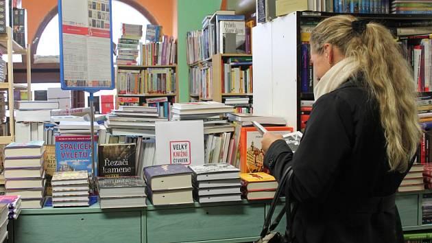 Ve vybraných knihkupectvích nejen na Pelhřimovsku si mohli ve čtvrtek příznivci četby vybrat z patnácti knižních novinek.
