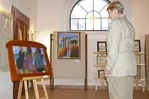 Obraz, který si prohlíží jedna z návštěvnic výstavy v kostele sv. Víta, již má nového majitele.