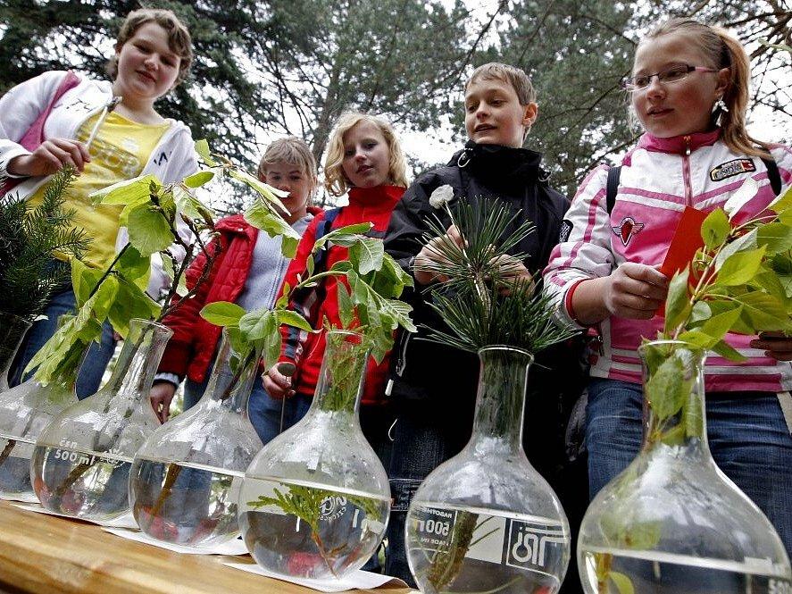 Den Země v Děkanské zahradě v Pelhřimově oslavili školáci poznávacími soutěžemi nebo třeba výrobou svíček či krmítek.