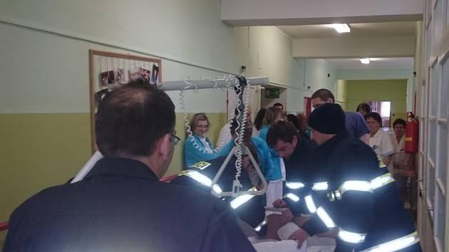Přestože šlo v úterý v pelhřimovské nemocnici o cvičení, dění vypadalo jako v reálu.