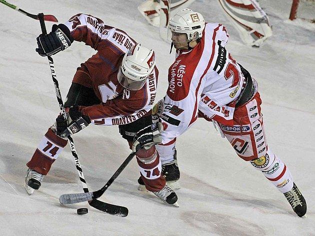 Sedm zápasů v řadě vyhráli pelhřimovští hokejisté (na snímku vpravo je Martin Jánský) a ze samého spodku druholigové tabulky se dostali do jejího středu.