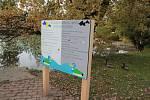 U Strachovských rybníků v Pelhřimově stojí informační cedule ohledně správného krmení kachen.