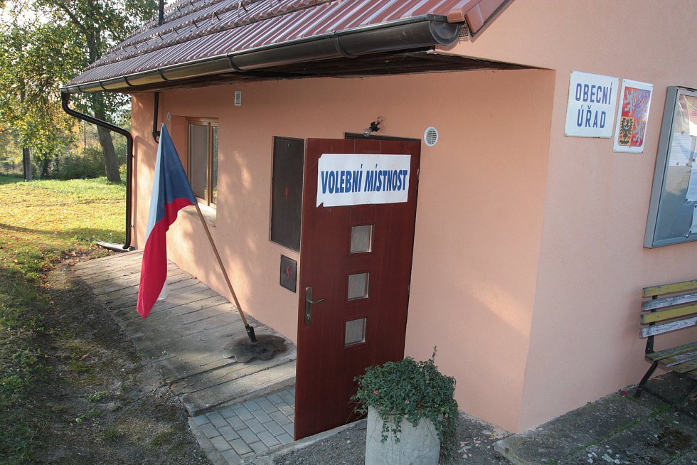 Do volební místnosti ve Vysoké Lhotě mohlo přijít maximálně jedenáct voličů. Zbývající čtyři zasedli ve volební komisi.