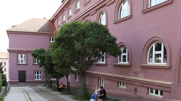 Budova pelhřimovského gymnázia.