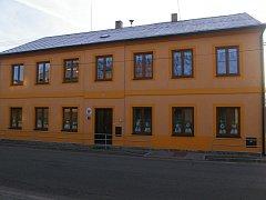 Školka v Horní Vsi je zvenku opravená a vevnitř je zdobená pestrými malbami.