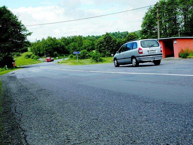 Obě autobusové zastávky dělí jen pár metrů, avšak přejít přes silnici je mnohdy nadlidský úkol.