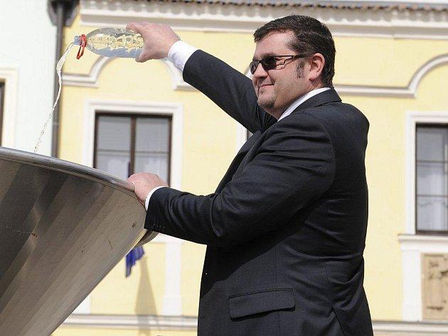 Věhlas pelhřimovského soutoku vod planety Země zaujal i Radu konzulátu Lotyšské republiky v Praze, kterým je Edgars Bondars (na snímku). Také on včera přivezl do města rekordů vodu ze své rodné země.