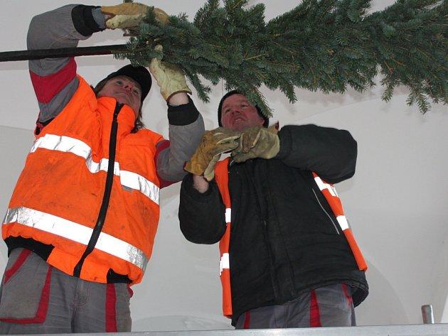 Ve čtvrtek začali pracovníci technických služeb v Pelhřimově s osazováním vánoční výzdoby podloubí a průchodu Městského úřadu v Pelhřimově (na snímku).