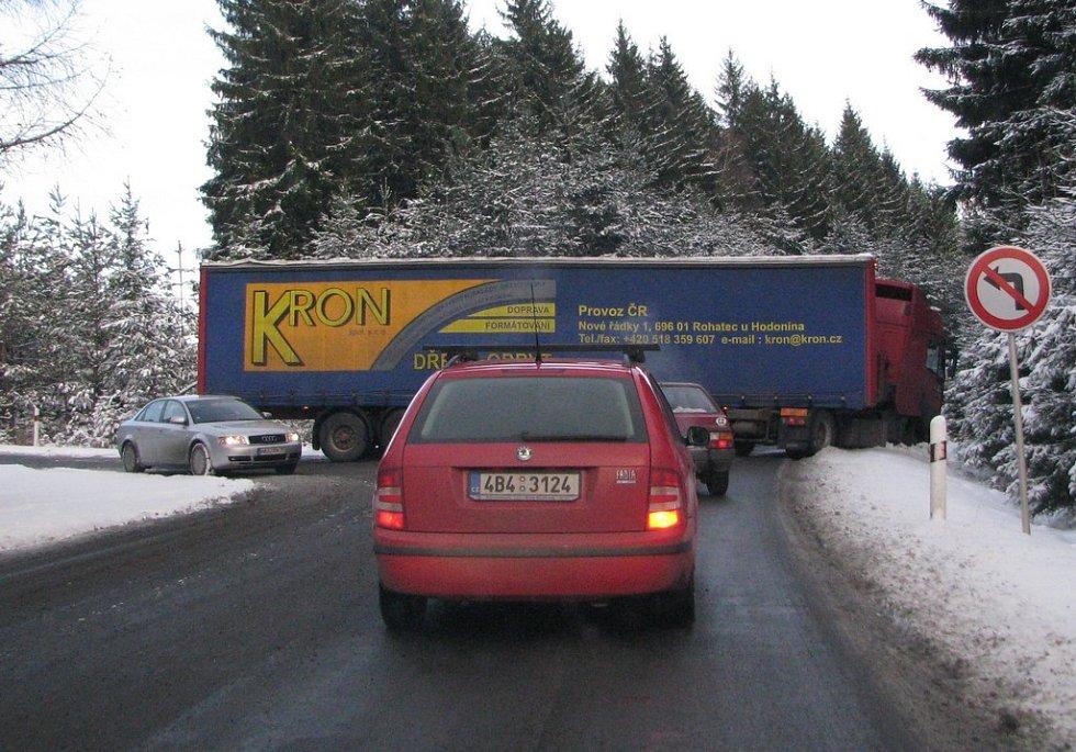 Nehoda kamionu při výjezdu z D1
