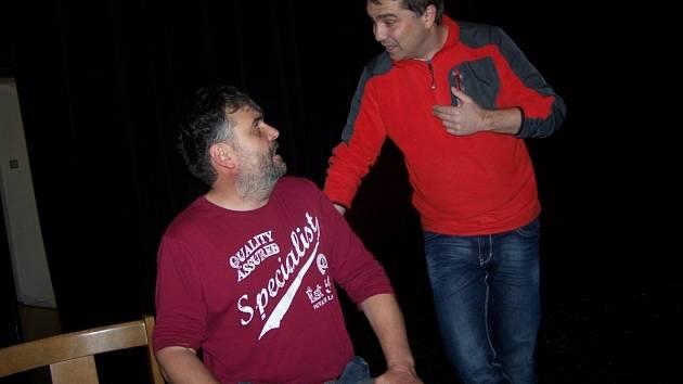 Pelhřimovští ochotníci pilně zkoušejí těžkou konverzační hru francouzského dramatika Georgese Feydeau: Ten, kdo utře nos, v níž není nouze o komické situace.