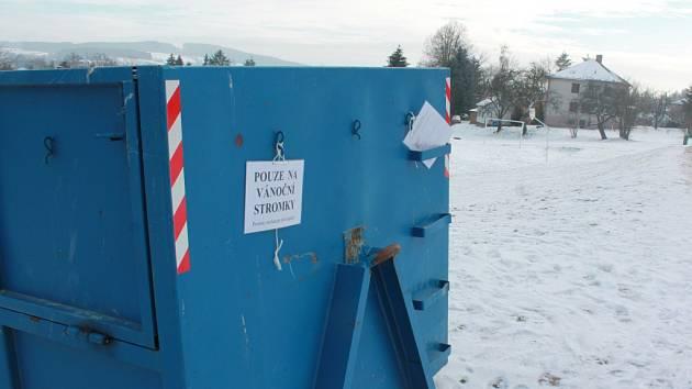 Na sídlištích začaly speciálně připravené kontejnery plnit vyřazené vánoční stromky, které neodmyslitelně patřily k Vánocům roku 2015 v Pelhřimově.