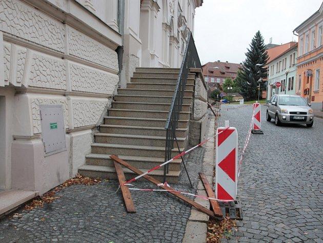 Schodiště u pelhřimovského Divadla Lubomíra Lipského, které vede do Solní ulice, stále čeká na dokončení.
